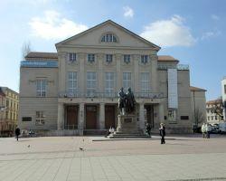 1-5Weimar_Theatermit-Denkmal